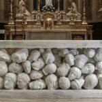 """Cento teste mozzate sotto """"l'altare della discordia"""" a Gallarate appena inaugurato"""