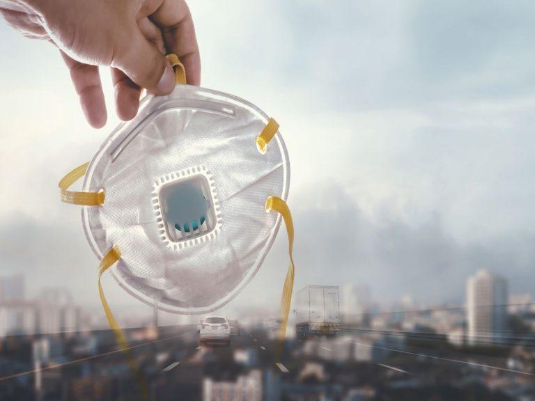 Il coronavirus dimezza lo smog sul pianeta. E se imparissimo da questo?