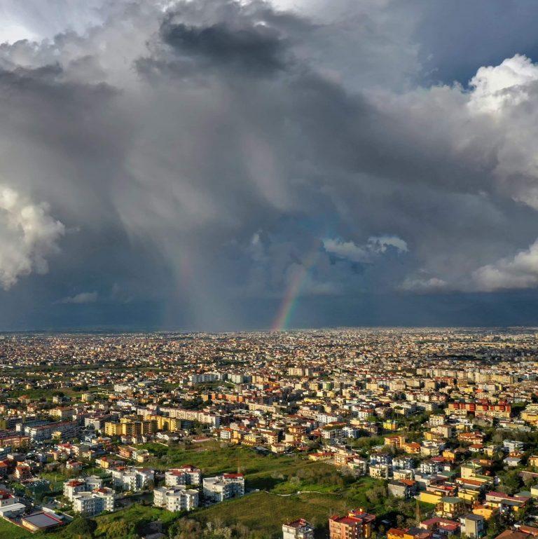 A Chiaiano, nord di Napoli, dove tutto sembra inclinarsi, c'è la sede di un'impresa giovane che punta in alto