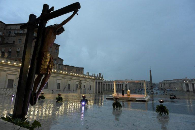 Francesco, in una piazza vuota, davanti al mondo