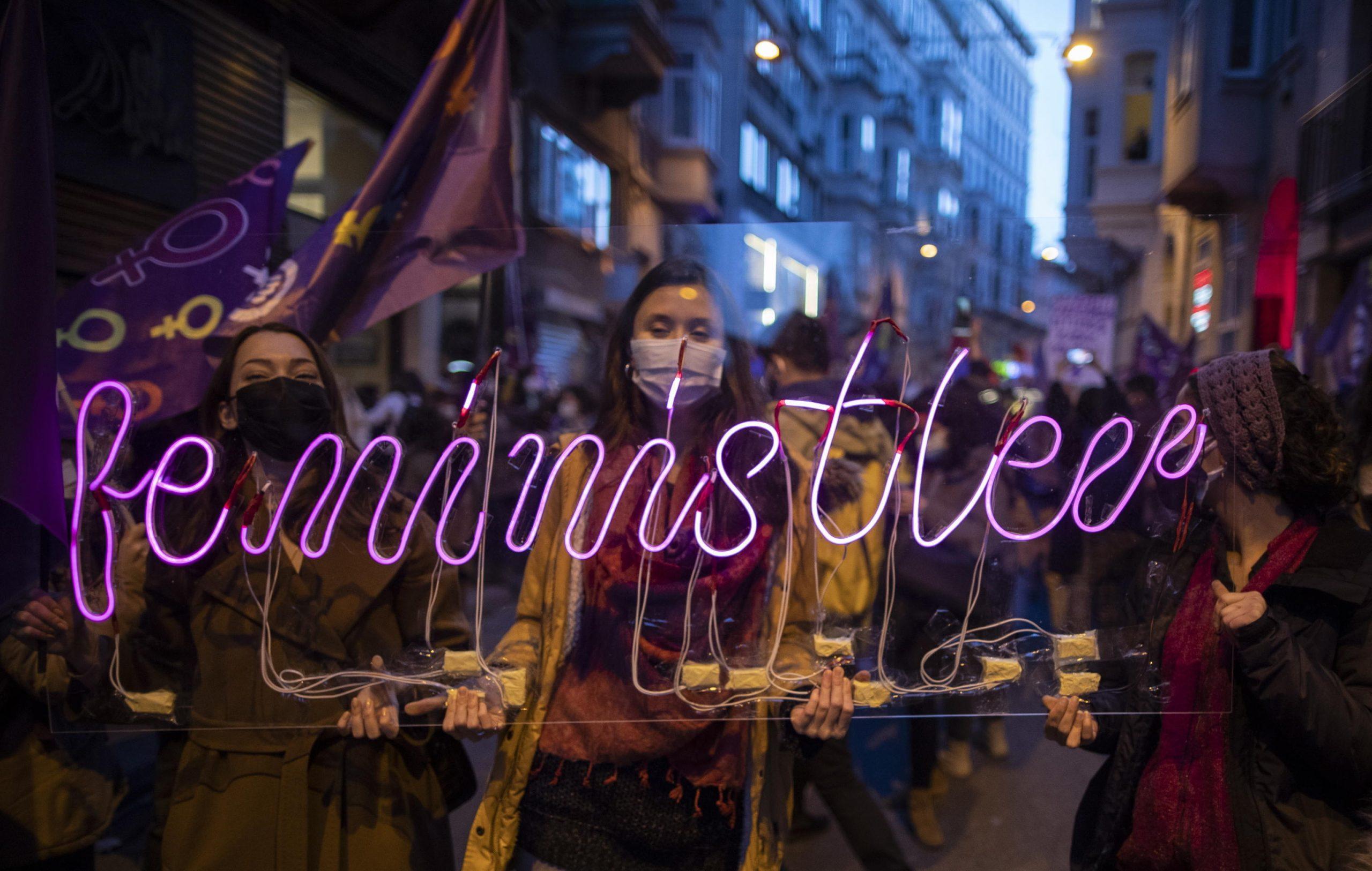 Donne turche in protesta dietro led luminoso